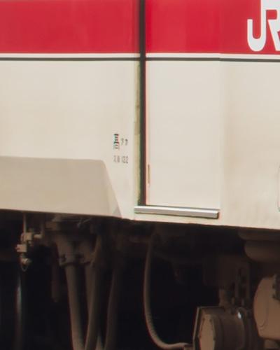 後位車端部付近の車体標記(TAMRON 45mm F013)