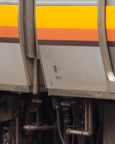 前位車端部付近の車体標記(Zeiss Milvus 1.4/50 にて撮影)
