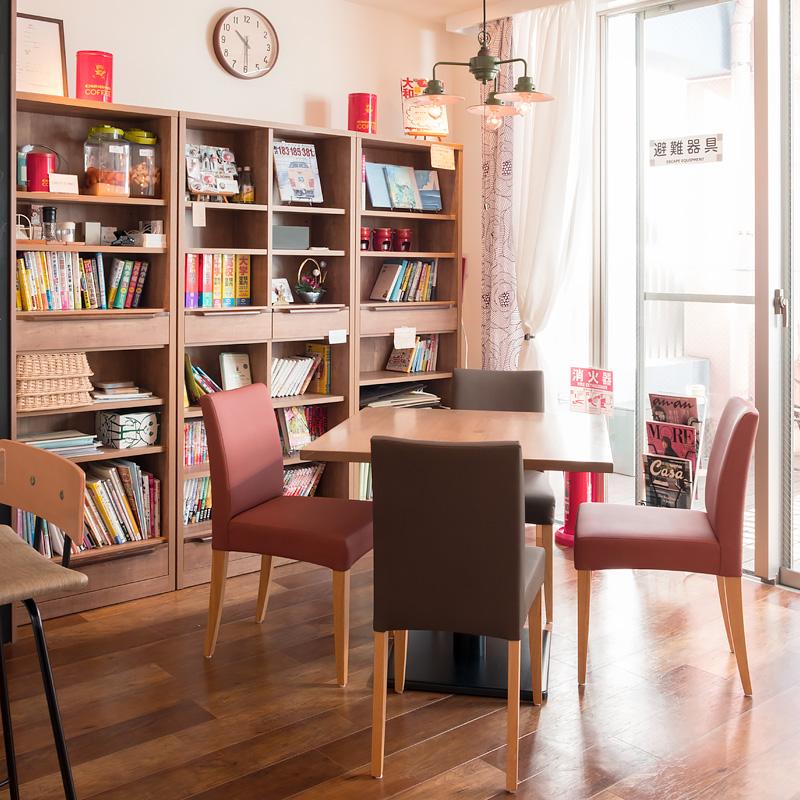 ディスクカフェのテーブル席と書棚